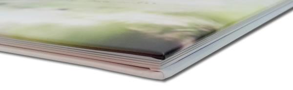 見開きのセンター部分に切れ目が無い印刷と完全にフラットになる製本が特徴のフォトブック