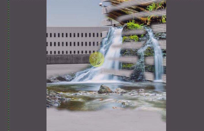 滝を描きましたが、余計な部分もあるのでその部分を消します。